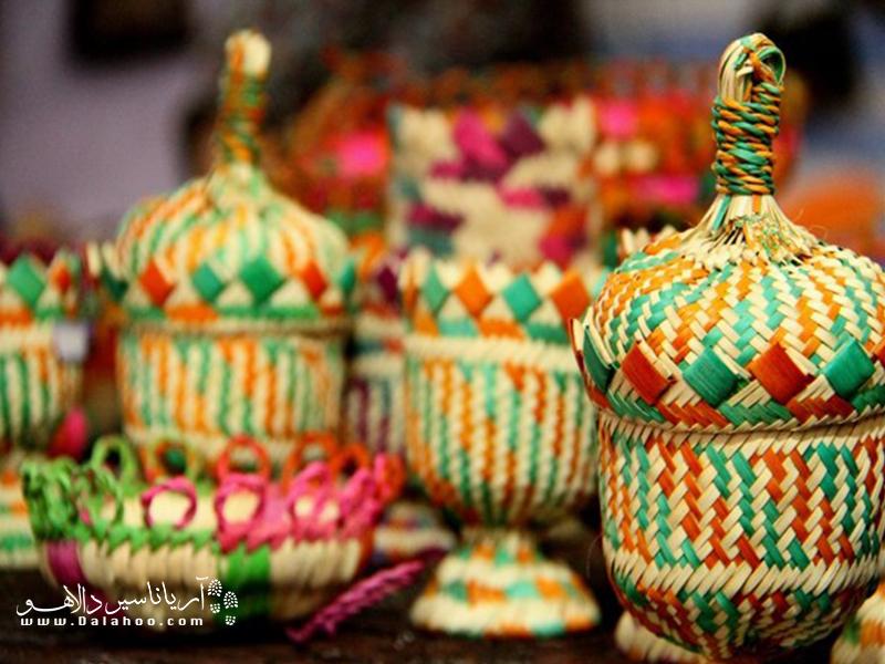 صنایع حصیربافی قشم شامل سینیهای گرد (سپ) گلدان حصیری، ظروف میوه و... است.