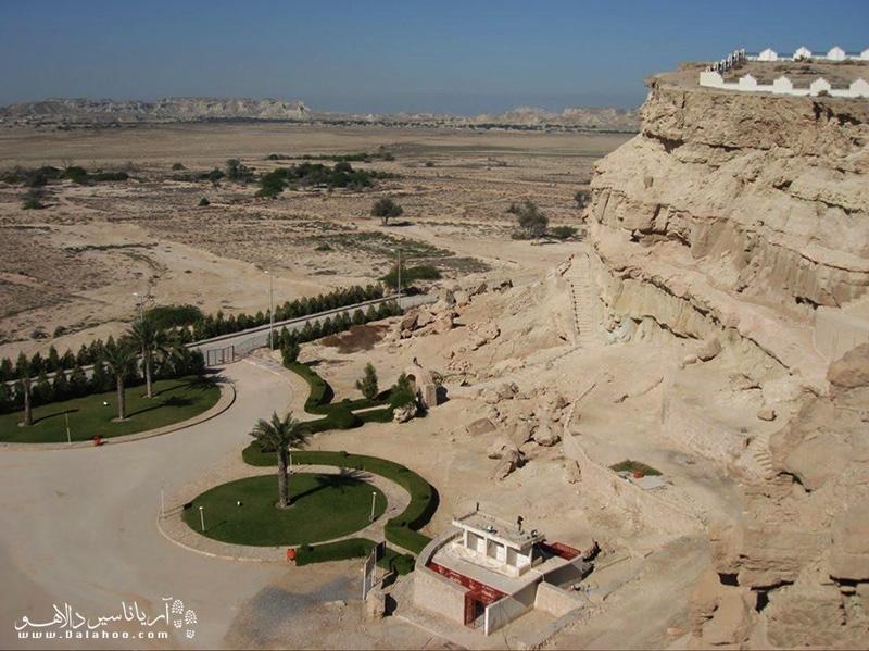 مجموعه درون غار خربس  از نظر نماسازى، با معبد یا آرامگاه صخرهاى «کلات خورموج» در دامنهٔ کوه مُند بوشهر شباهت بسیار دارد.