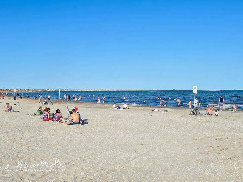 سواحل باکو  در فصول گرم پر از گردشگر میشود.