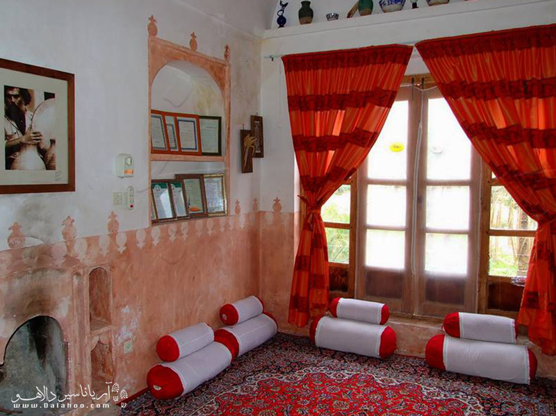 این اقامتگاه از 7 اتاق با سبک سنتی تشکیل شده است.