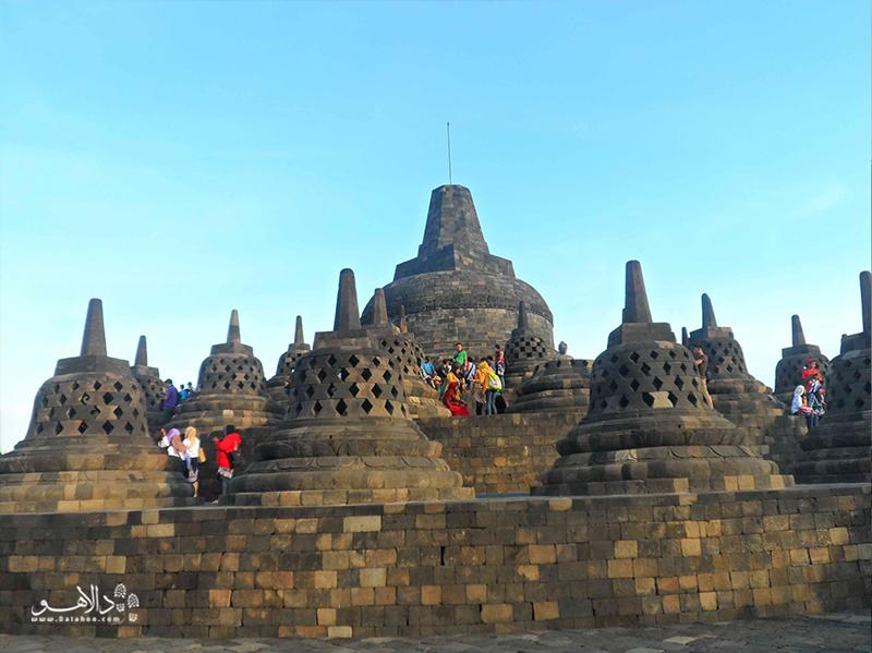 یکی از برجستهترین جاذبههای اندونزی مجموعه معابد بروبودور است.