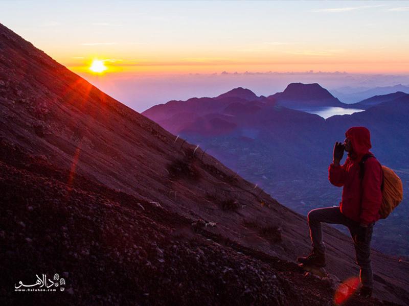 خیلی از گردشگرها برای کوهپیمایی به اندونزی سفر میکنند.