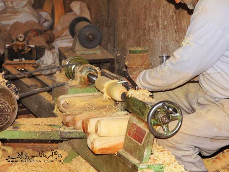 در بازار قدیم دزفول راستهای به نام راسته خراطان وجود دارد. کافی است در این راستا قدم بزنید و از کارگاههای زنده خراطی دیدن کنید.