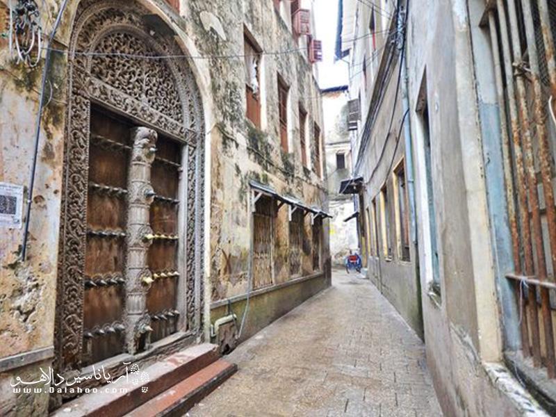 پیادهروی در کوچههای تنگ، دیدن خانههای قدیمی و مردم مهربان زنگبار را هیچوقت از یاد نخواهید برد.