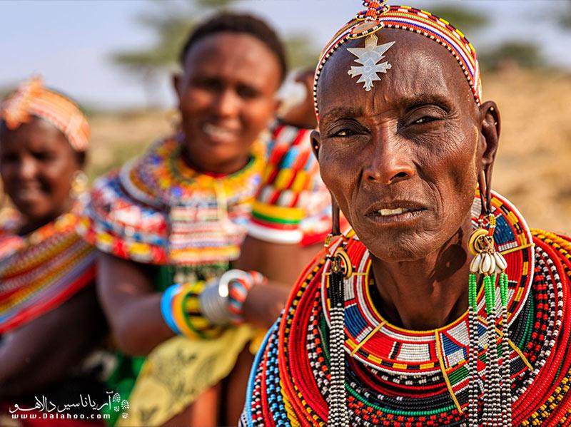 در کنیا هنوز حدود 40 قبیله وجود دارد. اقوام بازمانده از گذشته هنوز همانند اجداد خود لباس میپوشند و زندگی میکنند.
