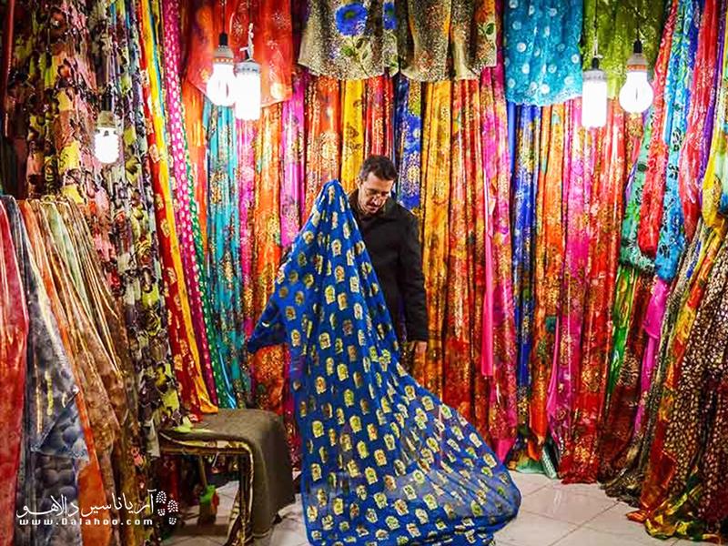 در بازارهای کردستان که قدم بزنید، از تنوع رنگ لباسها و پارچهها به وجد خواهید آمد.