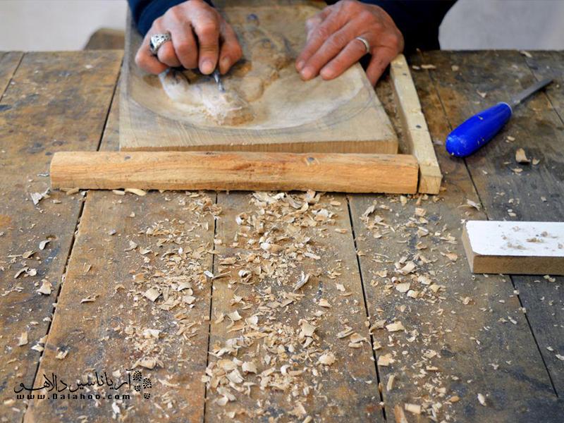 نازک کاری روی چوب یکی از صنایع دستی معروف کردستان است.