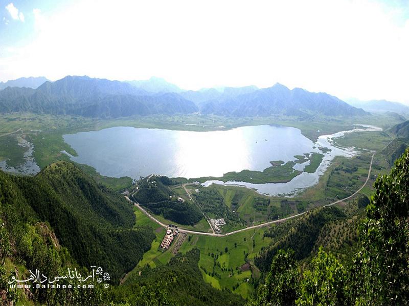 دریاچه زریوار با طولی حدود 5 کیلومتر یکی از بزرگترین دریاچههای آب شیرین جهان است.