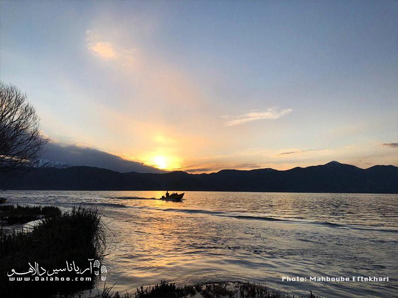 قایق سواری در غروب دریاچه زریوار.