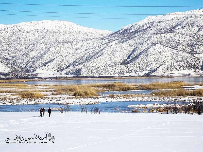 دریاچه زریوار در زمستان یخ میبندد و میتوان روی آن حتی قدم زد.