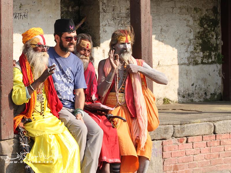 گردشگران، با ظاهر، پوشش، گفتار و برخورد خود، میتوانند تأثیر بسزایی در روابط اجتماعی جامعه مقصد خود بگذارند.