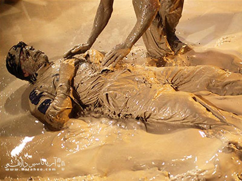 غلتیدن افراددر مخلوطی از آب، خاک و گلاب.