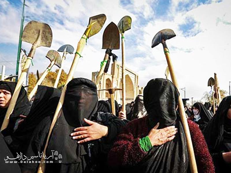 خاکسپاری نمادین عاشورا توسط زنان قزوینی.