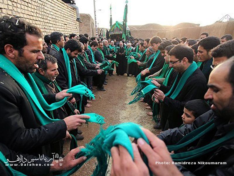 دسته سادات شال سبز یا مشکی به گردن می آویزند و هنگام شروع مراسم با گفتن ذکر، شالها را میگردانند که در اصطلاح به آن شالگردانی میگویند.