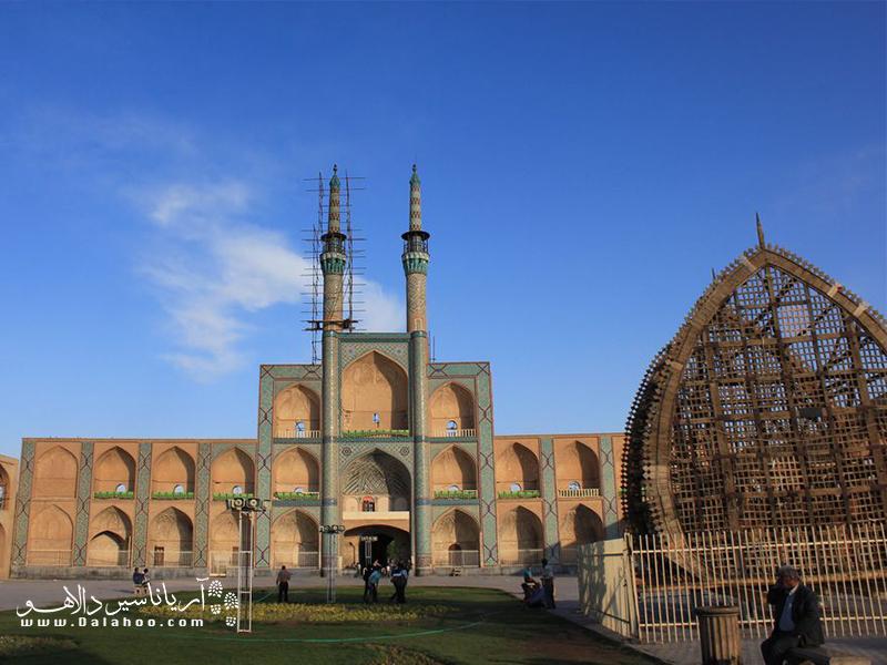 نخل همیشه یکی از اجزای اصلی میدان امیرچخماق یزد است، حتی اگر محرم نباشد.