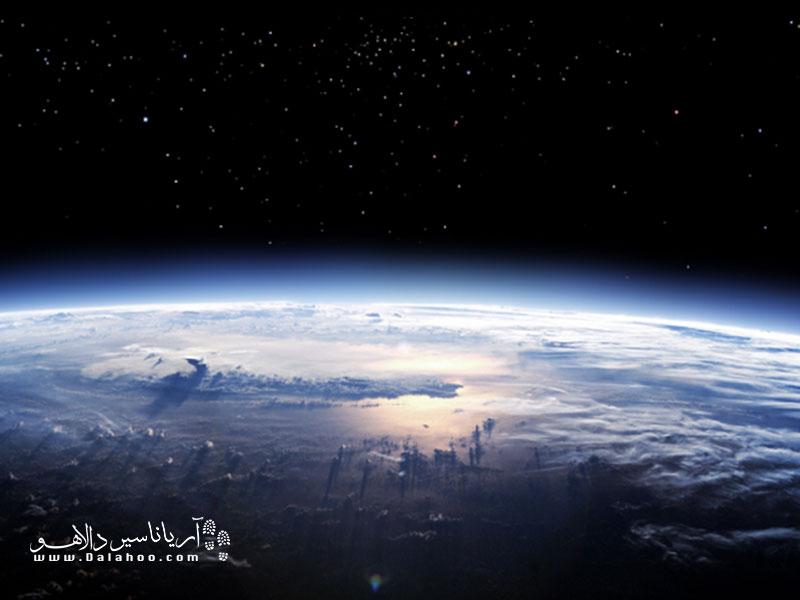 لایه ازون لایه نازک و شکنندهای از گاز است که کره زمین را از اشعههای مضر خورشید در امان نگه میدارد.