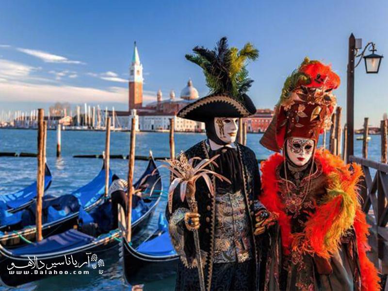 مهمترین مشخصه  کارناوال ونیز لباس و ماسکهایی که مردم در مراسم این کارناوال میپوشند.