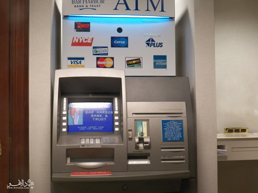 دستگاه ATM و علامت مسترکارت و ویزا کارت