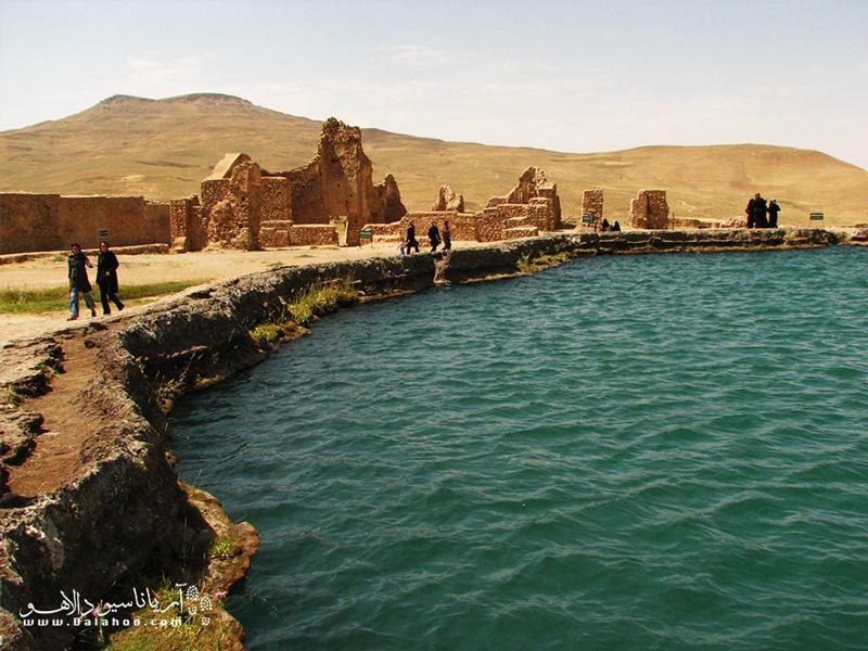 آثار بناهای دورههای اشکانی، ساسانی و ایلخانان مغول در این محل یافت شده است.