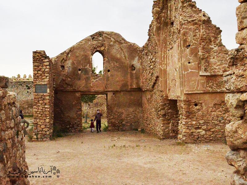 تخت سلیمان متشکل از بخشهای مختلفی مثل آتشکده آذر گشسب، آتشکده شاهی و جنگآوران، ایوان خسرو، معبد آناهیتا، آتشگاههای کوچک و دروازهها و دیوارهای مستحکم است.