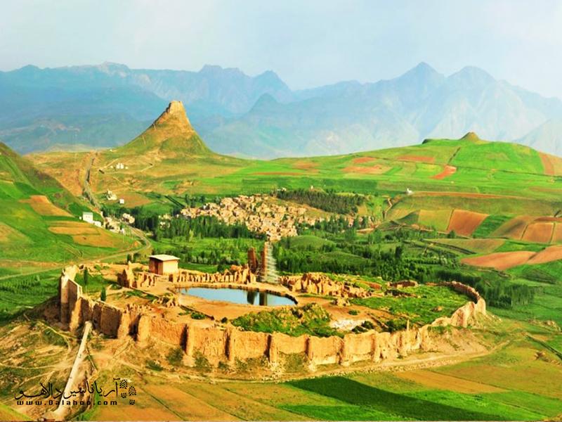 تمام آثار تخت سلیمان درون یک حصار و دیوار بیضیشکل شکل گرفته و دور تا دورش را دشتی وسیع فرا گرفته است.