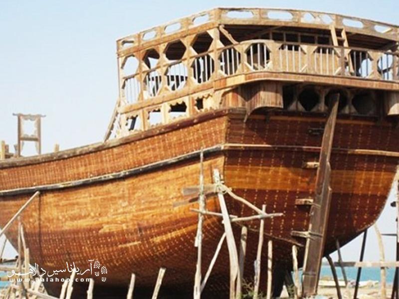 به سبب نزدیکی به دریا از دیرباز صنعت لنج سازی در بوشهر رواج داشته.