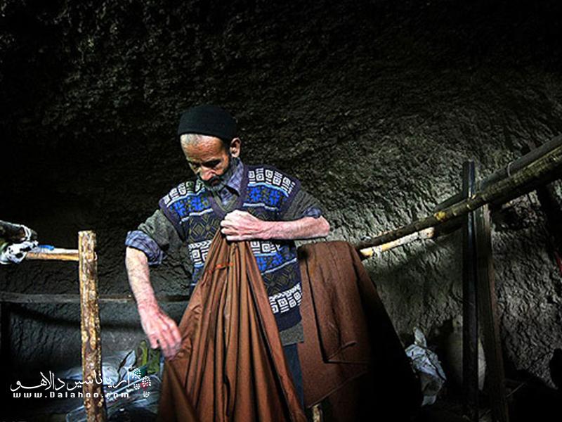 عبا یکی از مشهورترین صنایع دستی بوشهر است. عبا به نوعی پارچه اطلاق میشود که از پشم شتر به دست میآید.