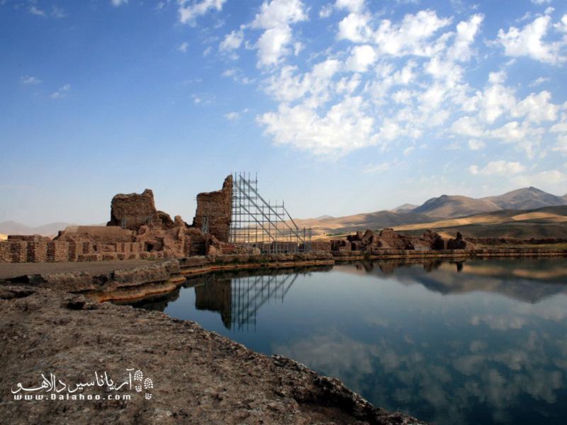 قلعه تاریخی تخت سلیمان بازمانده از دوره ساسانیان است.