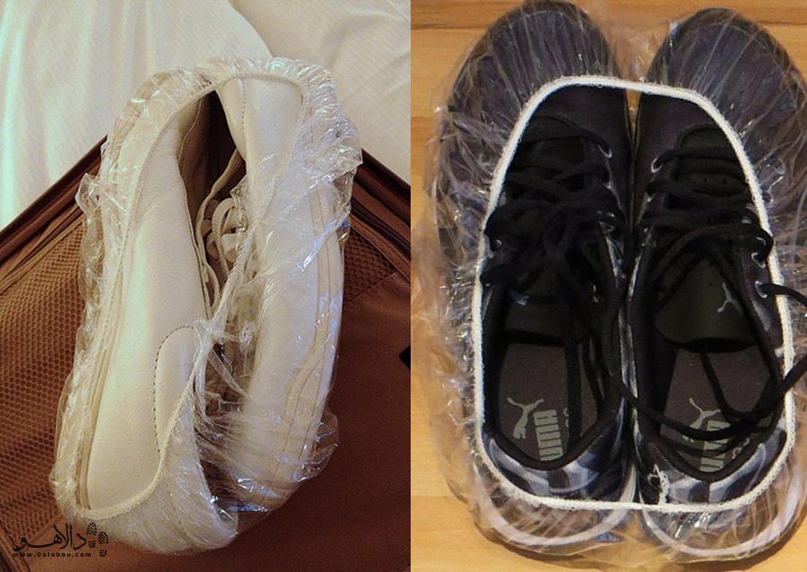 قرار دادن کفشها در کیسه پلاستیکی