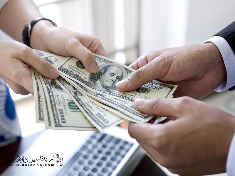 برای دریافت ارز مسافرتی صاحب بلیت و پاسپورت هم در بانک ضروری است و نمیشود فرد دیگری را به جای خودتان بفرستید.