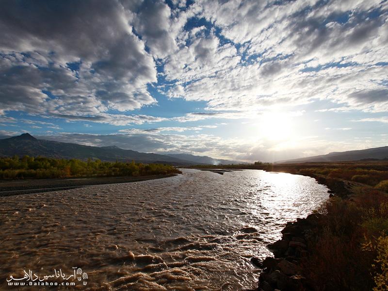 در بستر رودخانهٔ ارس ۸۰۵ جزیرهٔ کوچک و بزرگ خالی از سکنه وجود دارد که به زبان محلی به آن «شام» میگویند.