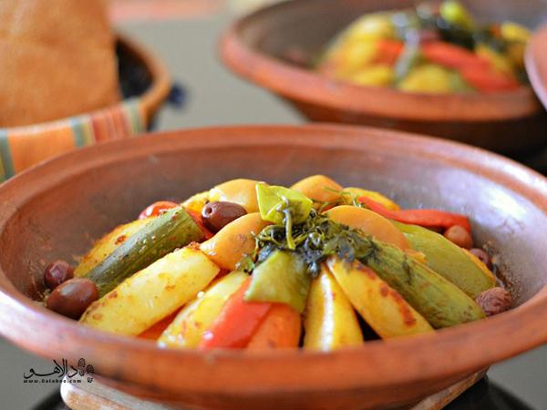 تاجین، در این ظروف سفالی پختهمیشود و در همین ظروف هم سرو میشود.