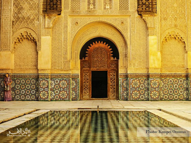 مدرسه علی ابن یوسف با کاشیکاریهای چندرنگ مربوط به سده چهاردهم است.