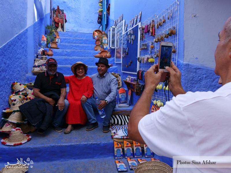یکی از لذتهای هر سفری، عکاسی است. به خصوص اگر موقعیت خوبی مانند این تصویر نصیبتان شدهباشد. دستفروش مراکشی به همراه کلی سوغات مراکشی