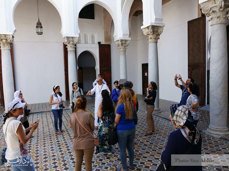 اینجا محوطه موزهای در شهر طنجه است. همسفرانمان دور شخصی که در حال توضیح دادن بناست، ایستادهاند