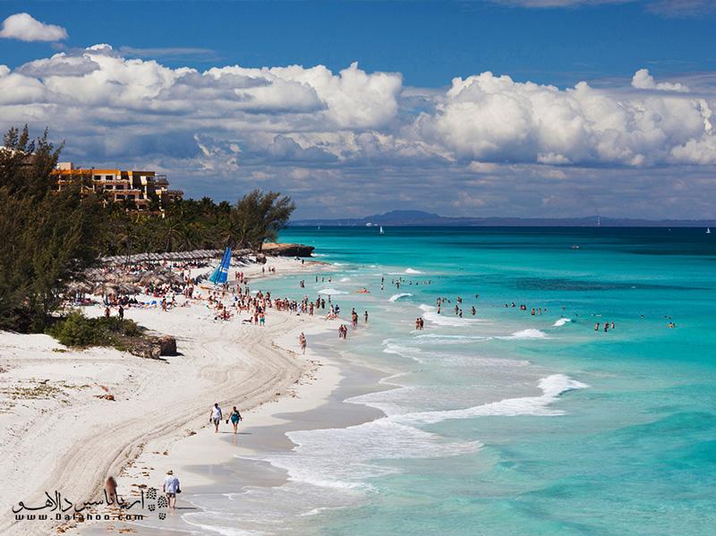 شنهای سپید ساحل و رنگ آبی دریای کارائیب ترکیب بسیار خوبی را ساخته و چشم هر توریستی را به خود خیره میکند.