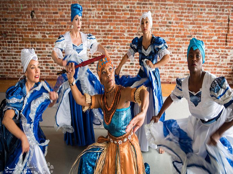 به جرات میتوان گفت هیچ چیز در این سفر خیرهکنندهتر و عالیتر از تماشای هنر نوازندهها و رقصندههای فولکلور کوبایی نیست.