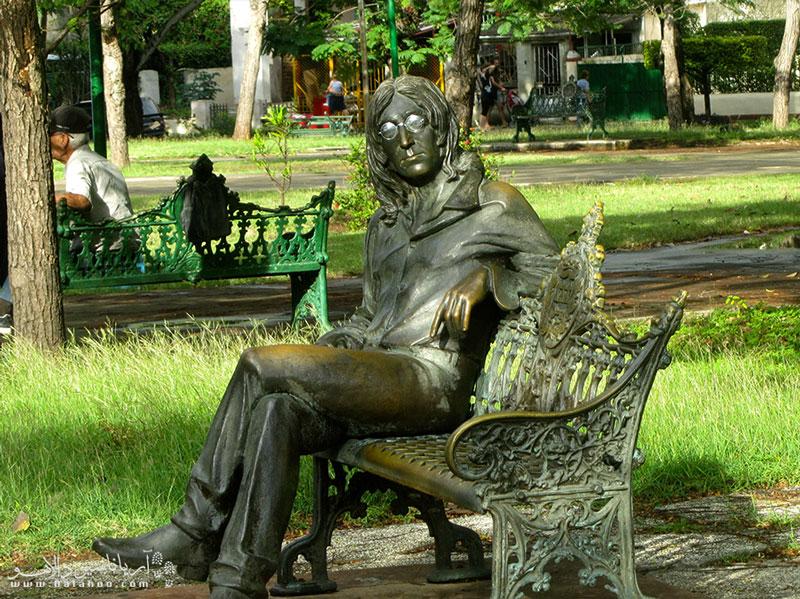 فیدل کاسترو از طرفداران لنون بود و در سال 2000 دستور ساخت این مجسمه را داد.