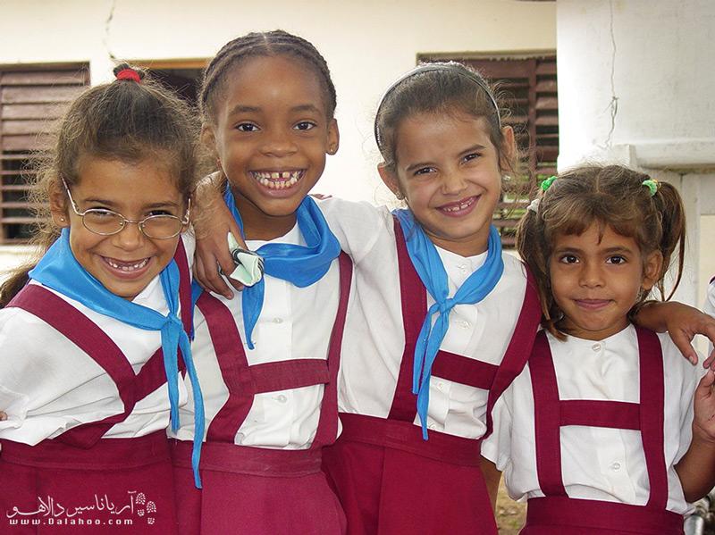 بچهها در مدارس کل کوبا یونیفرم یک شکل دارند و هر مقطع رنگ متفاوتی دارد.