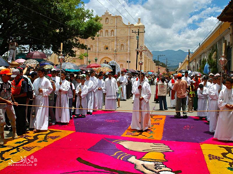 سمانا سانتا یا جشن خیابانی در هفته مقدس برگزار میشود.