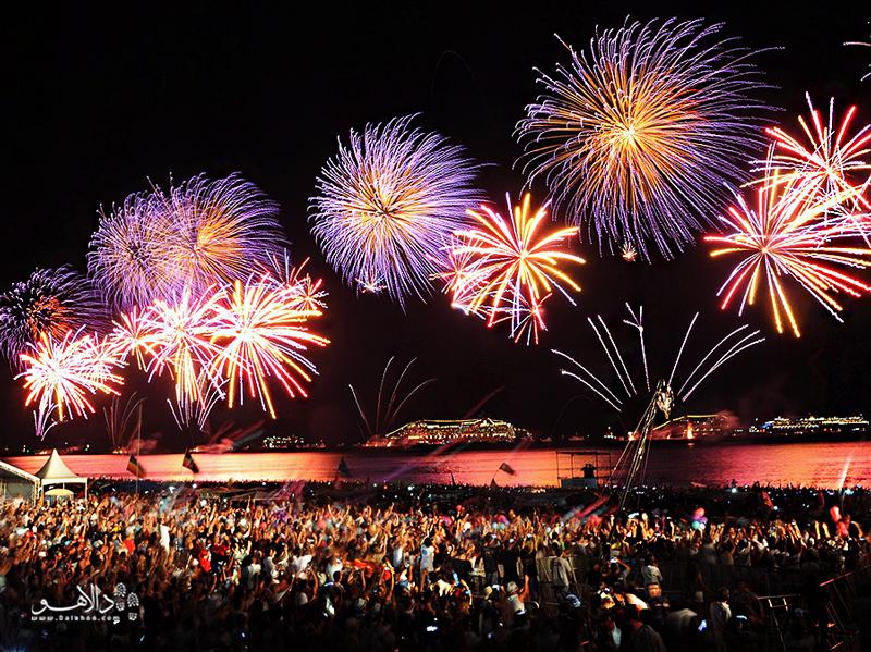 در روز 31 دسامبر موسیقی و آتشبازی زنگ سال نو را به صدا در میآورند.