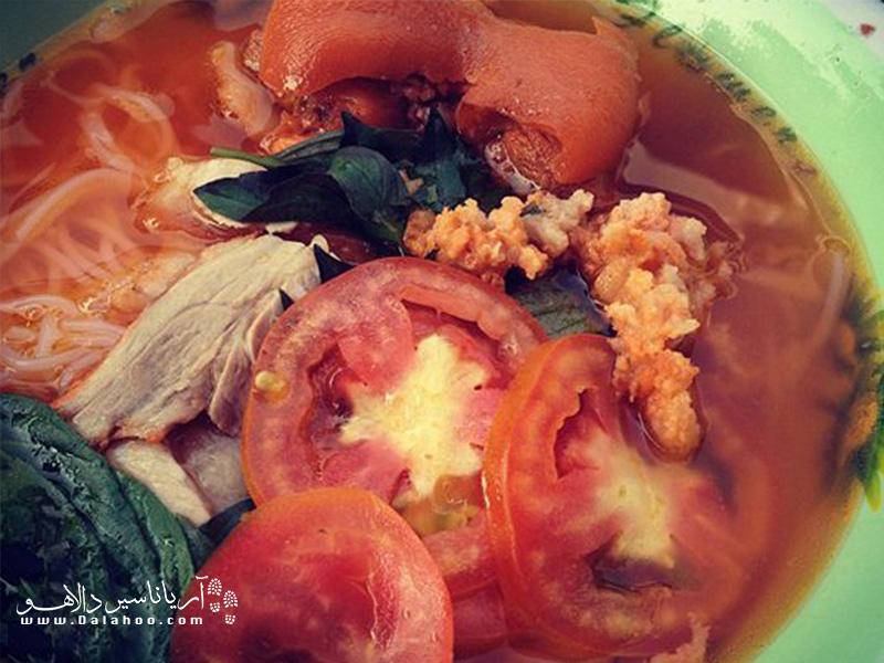 گوجهفرنگیهای این سوپ را از میان آب گوشت شکار کنید تا چربی بیش از حد سوپ اذیتتان نکند.