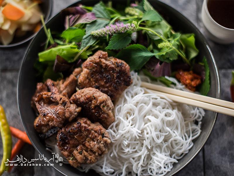 این غذا ویژه هانوی است، همه جا در خیابانهای هانوی آن را خواهید یافت. در واقع همبرگر ویتنامی است.