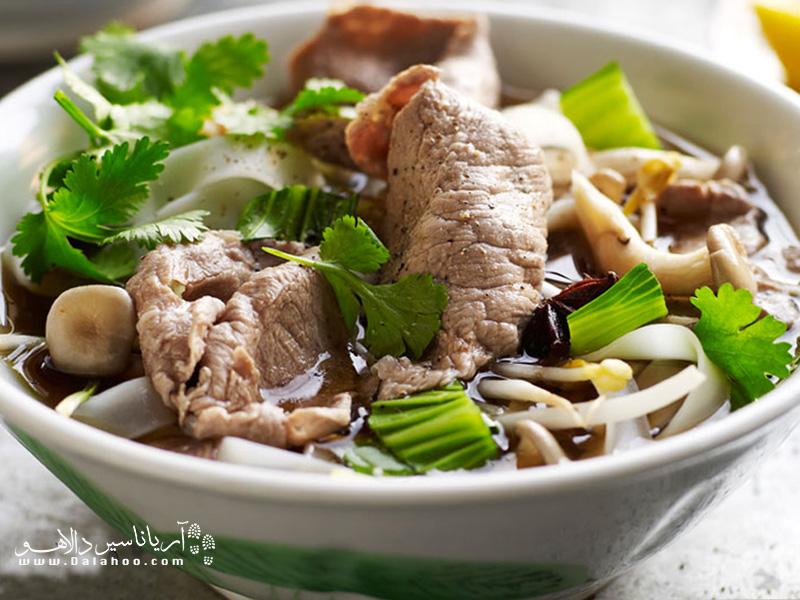 بعضی وقتها مخلفات این سوپ جدا سرو میشود، کافیست به اندازه کافی آبگوشت روی نودلها بریزید تا خوب خیس بخورند.
