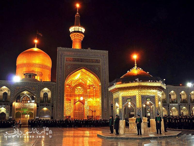 ساعتها آینهکاری، طلاکاری و معماری اسلامی بینظیر آستان مقدس را تماشا کنید و لذت ببرید.