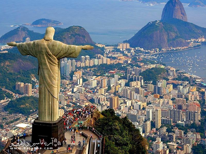 نماد شهر ریو دو ژانیرو، مجسمه مسیح است که بر فراز شهر و بالای کوه کوروکوادا، با آغوش باز به نظاره ایستاده است.