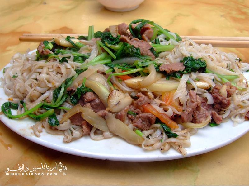 همانطور که در حال خرید هستید سری هم به غذاهای ویتنامی بزنید.pho xao(غذایی از نودل سرخشده و تکههای گوشت) غذای خوشمزهی ویتنامیها است.