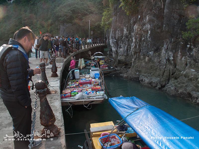 دستفروشهای کایاک سوار هم شغل جالبی دارندکه در طول کایاک سواریمان خواهیم دید. آنها معمولا غذاهای محلی میفروشند.