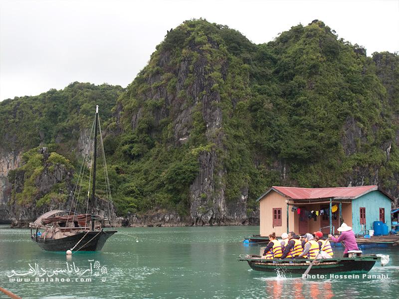دیدن طرز زندگی اهالی دهکده روی آب جالب است.