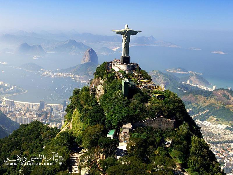 این مجسمه به خاطر اینکه بالای کوه 700 متری کودکوادو قرار گرفته برای مردم ریو نشانهای برای جهتیابی هم است.